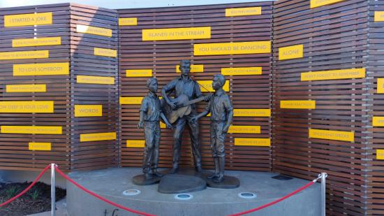 Redcliffe, Austrália: Get your photo taken with this sculpture of the Bee Gees