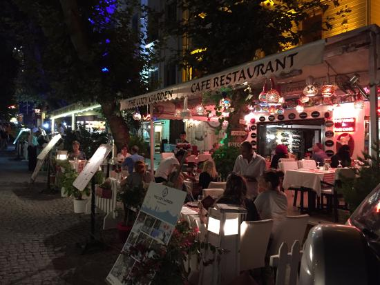 Avicenna Hotel: lots and great restaurants just 20 steps away!