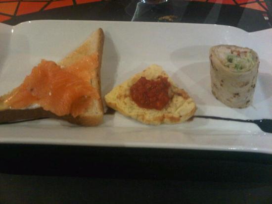 La Roche-sur-Yon, France : 3 entrées au choix : tartine de pain grillée au saumon, tortilla et jambon serrano (sans jambon