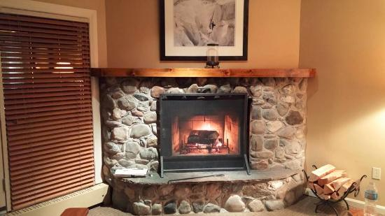 Field, Canadá: Wood burning fire place