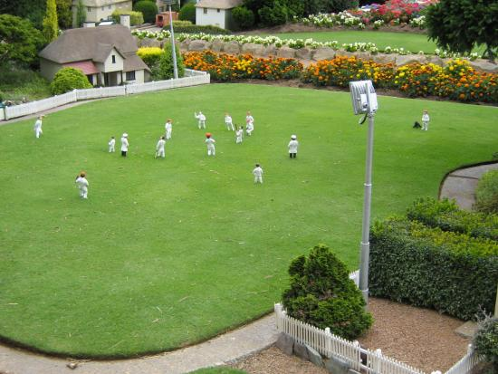 Nicholls, Austrália: mock cricket match on village very impressed of detail