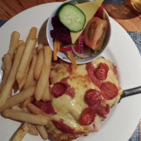 Dunalley, Αυστραλία: Chicken Parmie with Pizza Topper, salad & chips