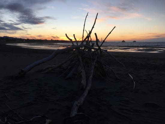 New Plymouth, Nueva Zelanda: sunset on the beach in front of holidaypark