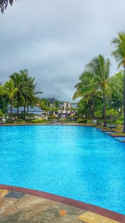 Heritage Le Telfair Golf & Spa Resort: Looking back to the reception from the pool