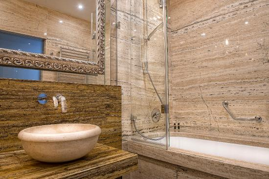 Presov, Slovakia: Deluxe Room Bathroom