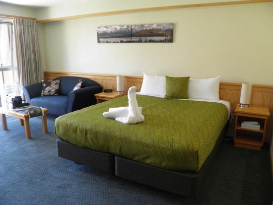 Clearbrook Motel Wanaka: Bed and seating area