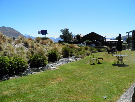 Clearbrook Motel Wanaka: Garden area outside patio