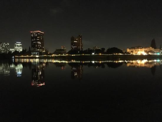 Oakland, Kalifornien: Lake Merritt at night after a recent storm