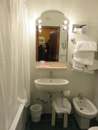 hotel firenze petite salle de bain avec douche sur baignoire