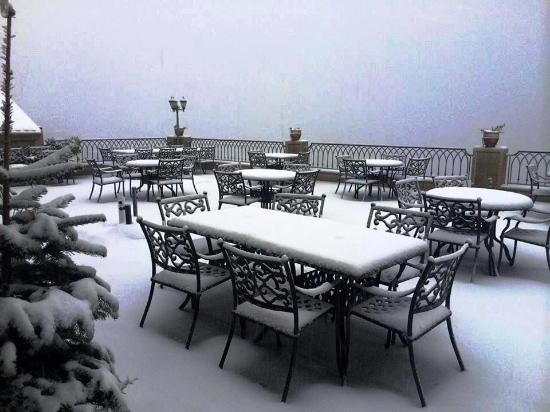Bhamdoun, Libanon: Al Karaz Restaurant Terrace is covered with snow
