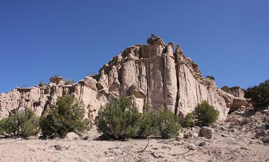Ojo Caliente, Nowy Meksyk: Magnificent towering sandstone buttes on property