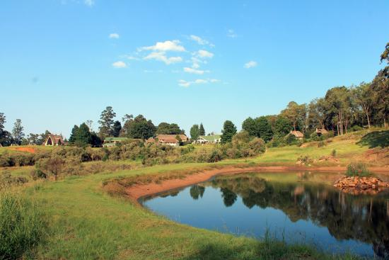 Winterton, Zuid-Afrika: Looking back at the hotel buildings from The Pond