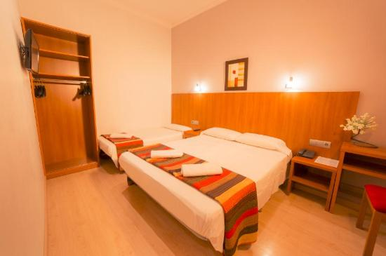 Hostal Ciudad Condal: Triple Room