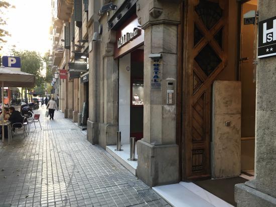 Hostal Ciudad Condal: Street Entrance 2