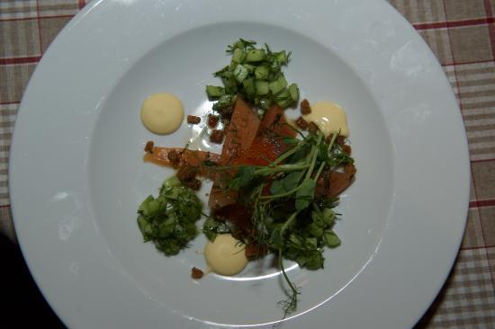 Vemdalen, สวีเดน: Gravad röding, citrusemulsion, kavringskrutonger