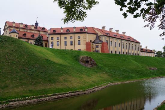 Несвиж, Беларусь: Вид из парка на дворец