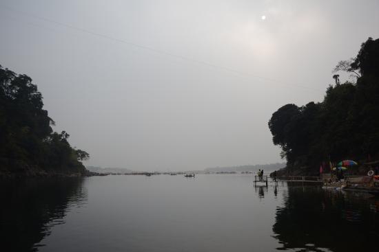 Meghalaya, อินเดีย: Dawki River seen from Indian side