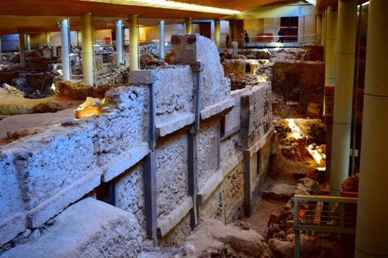 Akrotiri, Yunani: 3 story building