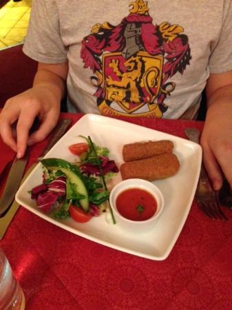 Inverurie, UK: Breaded mozzarella sticks with home made tomato sauce and salad