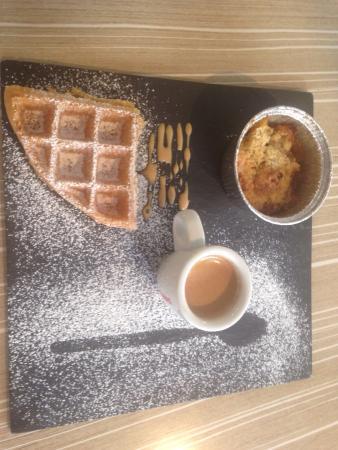 Gourette, France: Formule goûter boisson chaude au choix gaufre sucre et suggestion dessert 4€ .