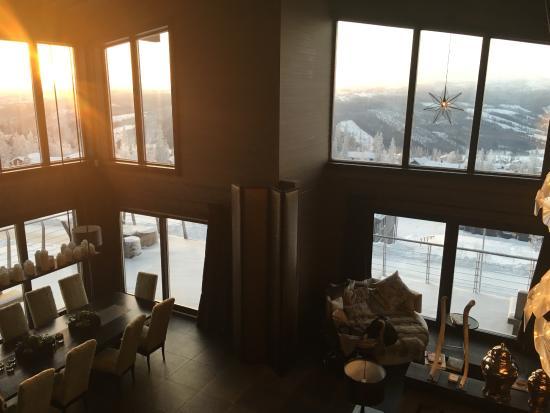 Are, السويد: Vardagsrummet bjöd på högt i tak och en underbar utsikt.