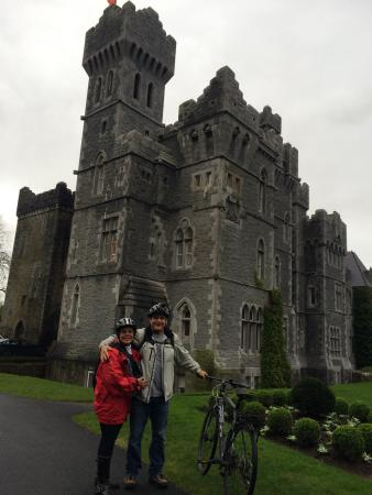 Clonbur, Ιρλανδία: Cycling in Connemara (Ashford Castle in the background)