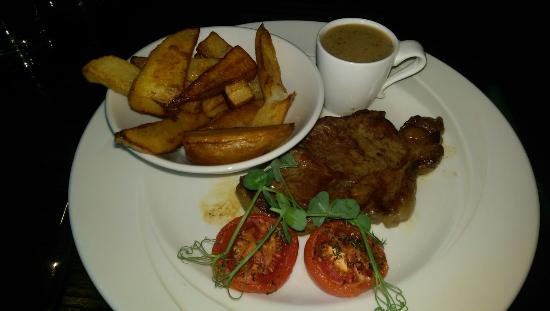 Littleborough, UK: Melon starter and Steak main on the Early bird menu