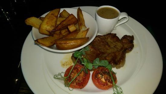 Littleborough, UK: Melon starter and Steak main on the Early bird menu