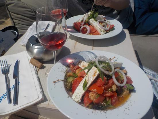 Panormos, اليونان: Delicious Greek Salad at Panormos Beach