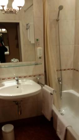 Con kit bagno completo, sapone con dosatore sia per mani sia per ...