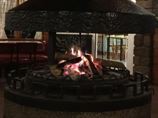 Castellar de n'Hug, สเปน: Chimenea central en el bar del hotel, fantastica!