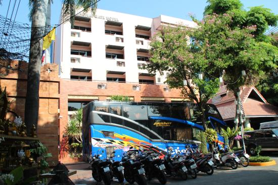 Chiang Mai Gate Hotel: Front of hotel with tour bus and biker's bikes