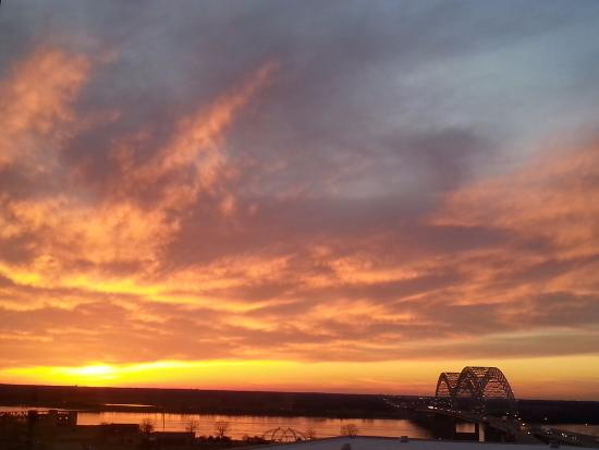 Sheraton Memphis Downtown Hotel: Sunset over the MS River and Bridge from 12th floor.