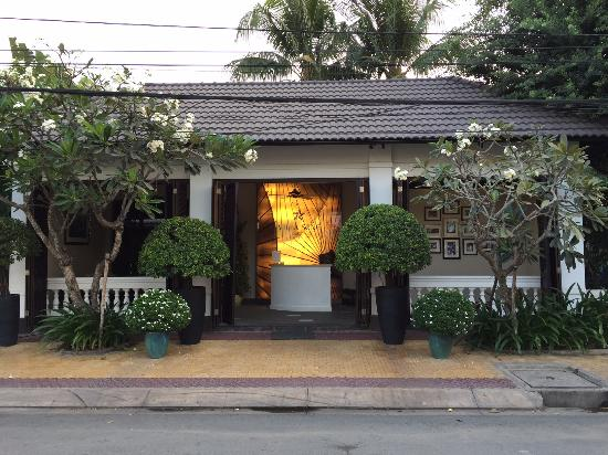 Villa Song Saigon: Hotel entrance. You walk through a corridor from here to the main building.