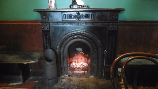 Crotty's Pub B & B: Open Fireplace