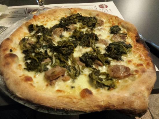 Pizza/calzone con prosciutto, mozzarella e pomodoro sulla piazza e ...