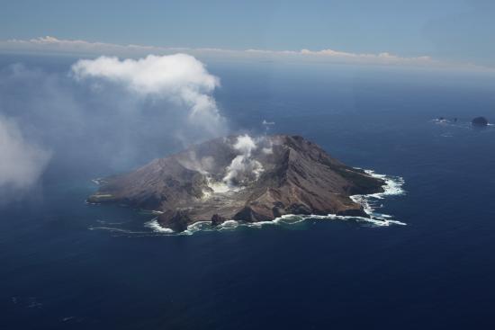Whakatane, Yeni Zelanda: White Island vanuit de lucht op een prachtige dag.