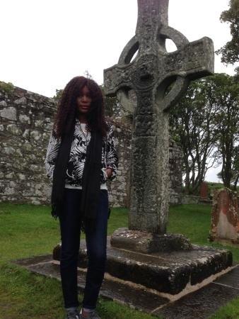Port Ellen, UK: Kildalton High Cross in well maintained churchyard