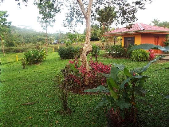 Hotel Miradas Arenal: Here is the bungalow and grounds