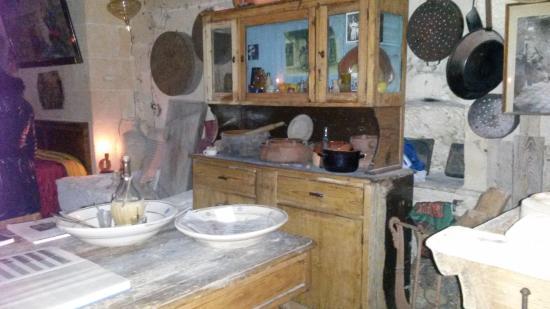 La Credenza Matera : Tavolo e credenza foto di casa grotta vico solitario matera