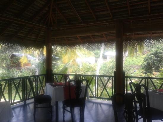 Gonagala, Sri Lanka: Terrasse mit den Esstischen