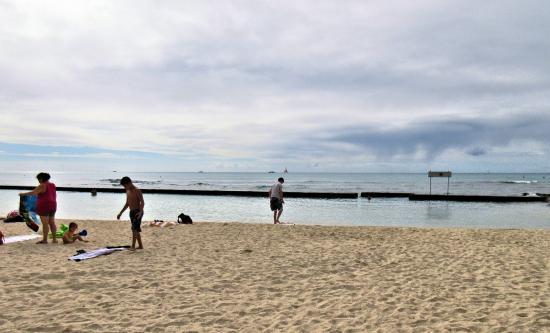 Waikiki Resort: ホテル前のビーチです。防波堤で囲まれた波のないビーチです。
