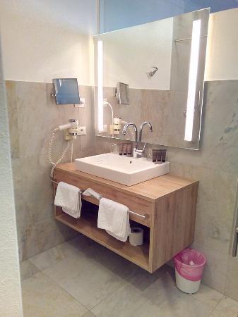 bagno della camera con vetrata a vista (porta a vetri trasparente) - Foto di Hotel Stroblhof ...