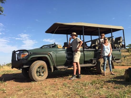 Mhondoro Game Lodge: Stopping for coffee on the morning drive