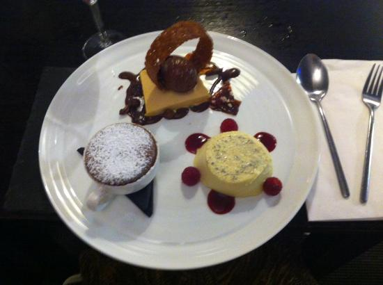 Моулд, UK: Why settle for one pudding when you can get THREE