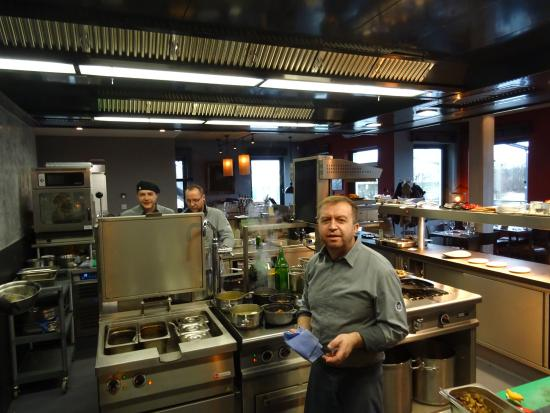 Die Köche erlauben einen Blick in die von drei Seiten offene Küche ...