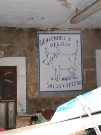 Regules, España: Cartel frente al hotel