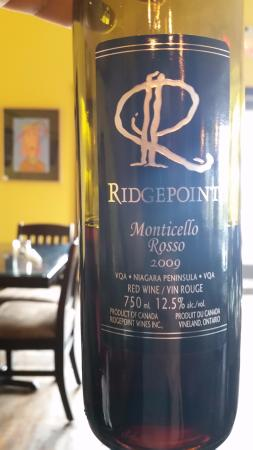 Beamsville, Canadá: delicious wine at the bright & sunny ridgepoint dining room