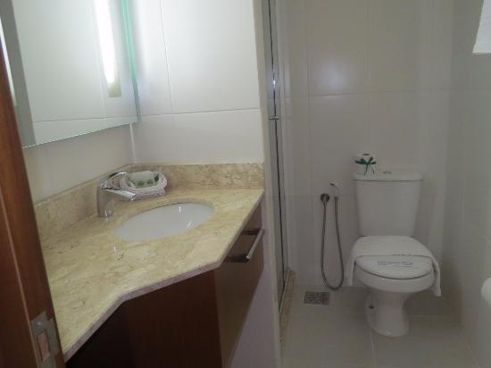 O banheiro do quarto Super Luxo Vista Cidade é pequeno O box tem a largura d -> Banheiro Pequeno Largura