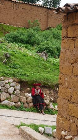 Chinchero, Peru: caminando por las calles, podes encontrar muchas mujeres hilando.